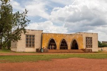 Naast het museum staat de rechtbank.