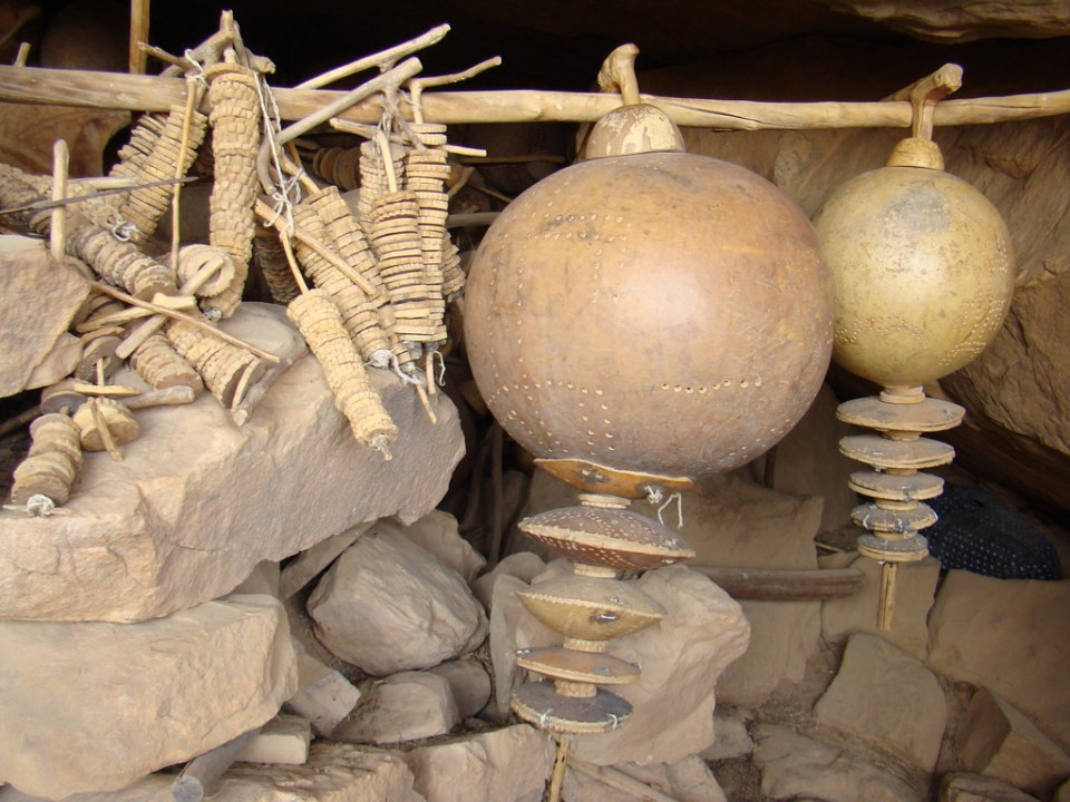 Instrumentos de música de ceremonia de la circuncisión Aldea Songo Mali 01