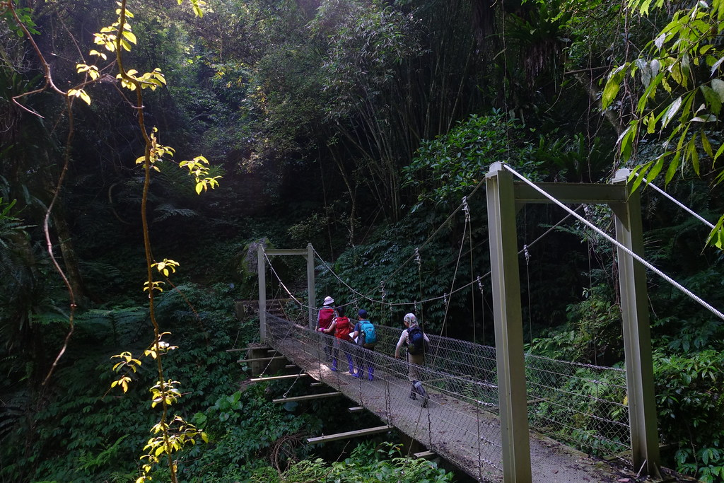 郊山@金牌縱走 | AM08:44 行經一座鋼橋。很晃的橋面有點出乎意料之外。 | Jasper Lee | Flickr