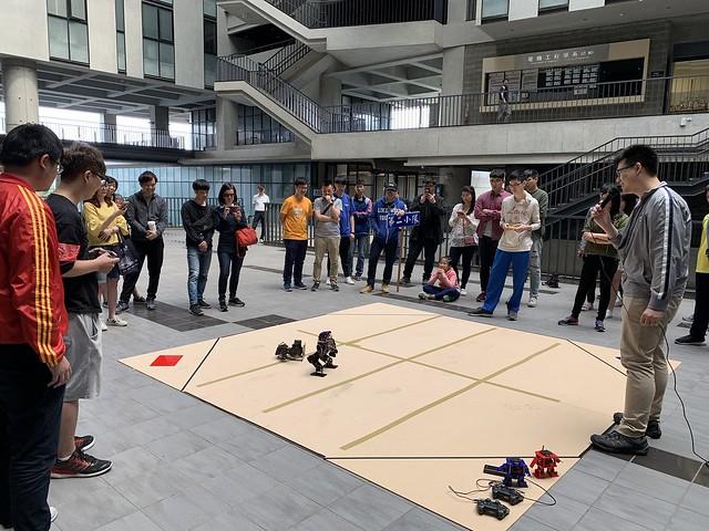 電機工學系乙組進行機器人格鬥大賽 (3)