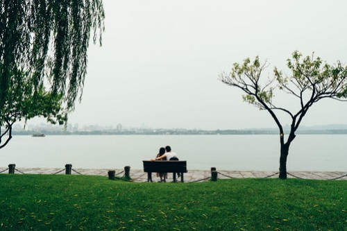 Love birds looking out at the West Lake (西湖), Hangzhou