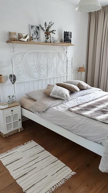 Plank boven het bed landelijke slaapkamer