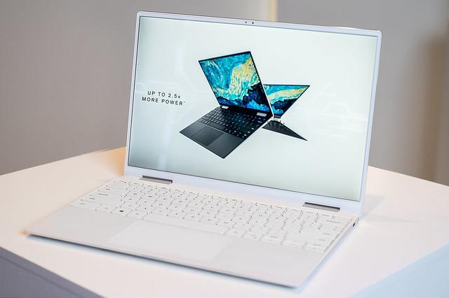 XPS 13二合一筆電搭仔細緻的InfinityEdge 顯示器採1610比例呈現,現在更推出令人驚豔的極窄邊框螢幕,增加了7%更大的觀看體驗。