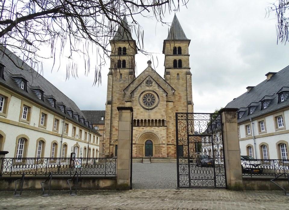 exterior Abadia San Willibrord Basilica menor Echternach Luxemburgo 01