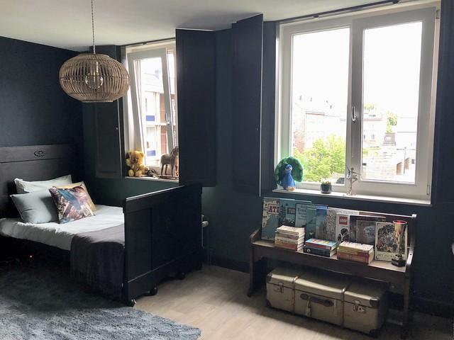 Donkerblauwe muur meisjeskamer luiken raam