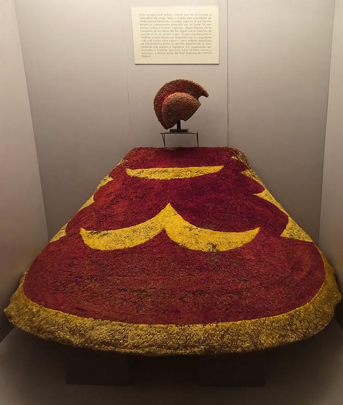 Casco y capa de cultura Polinesia Islas Hawai Oceania s. XVIII Museo de America Madrid