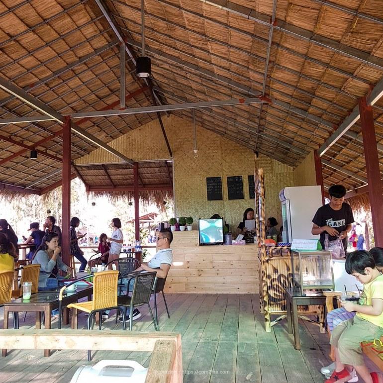 บัวนา คาเฟ่ มีร้านกาแฟ เครื่องดื่ม ในร้านเล็กๆ คอยให้บริการด้วย