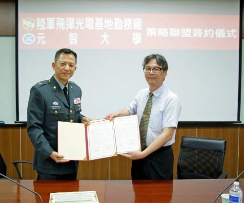 照片1、吳志揚校長與行健華廠長共同簽署策略聯盟合約