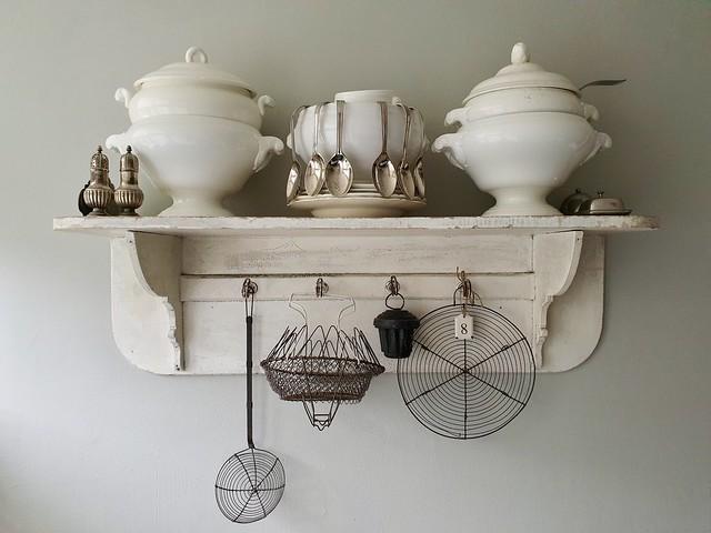 Kapstok met soepterrines keuken decoratie