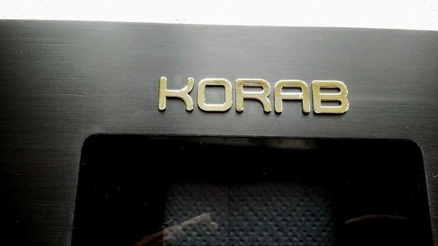 logo wycięte z mosiadzu i złocone, wklejone w panel sterujacy do audio