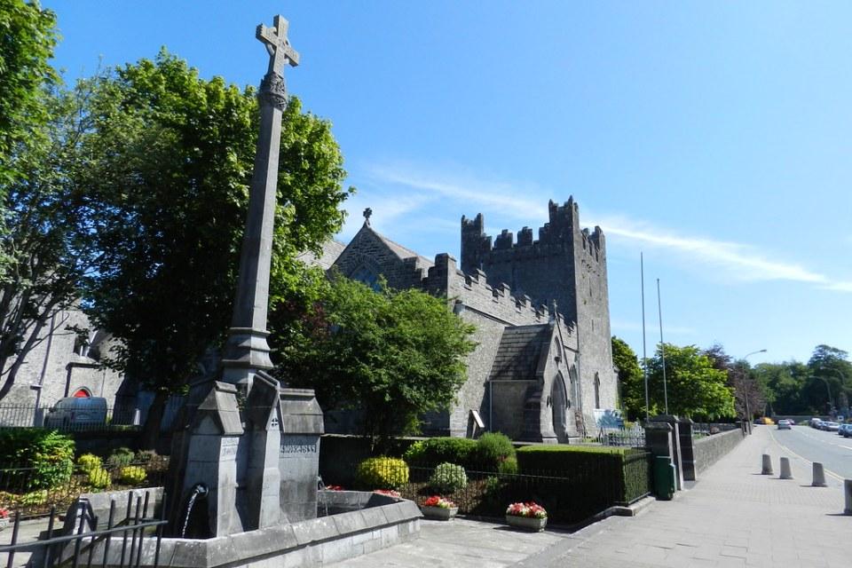 fuente exterior Iglesia de la abadia Santa Trinidad monasterio trinitario Adare Republica de Irlanda 01