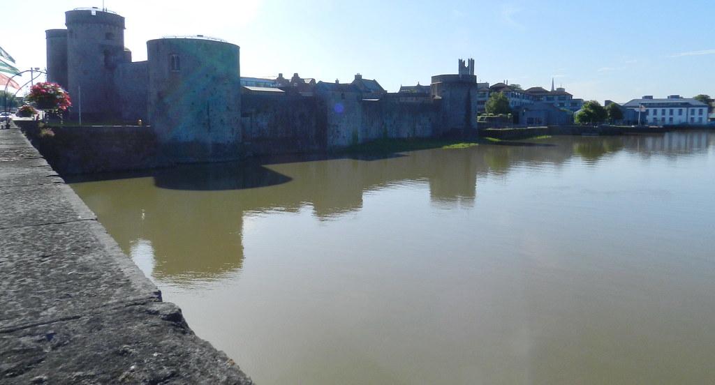 vista del Castillo del Rey Juan sin tierra y del puente Thomond rio Shannon Limerick Republica de Irlanda 01