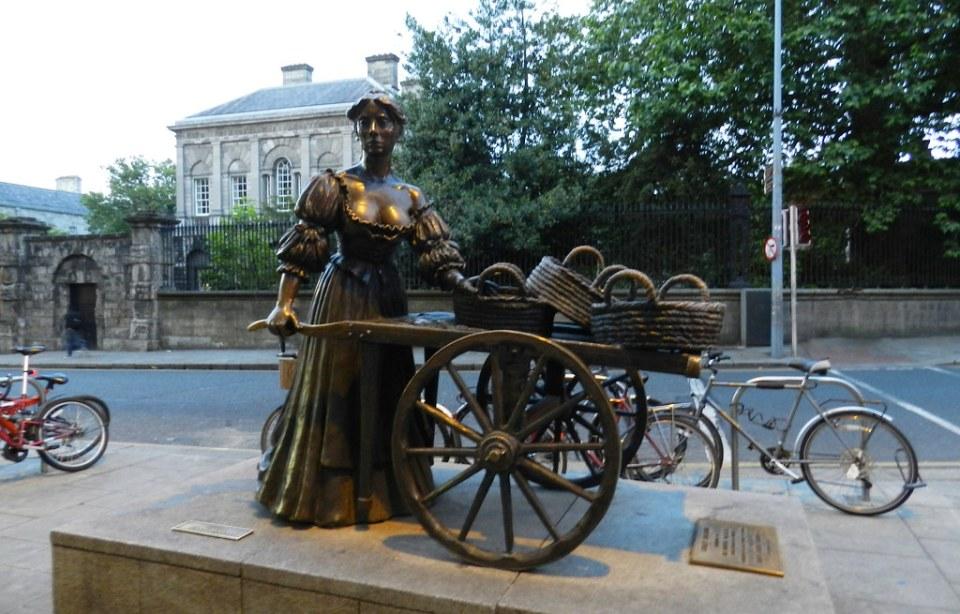 Escultura estatua de Molly Malone 1987 calle Suffolk Dublin Republica de Irlanda