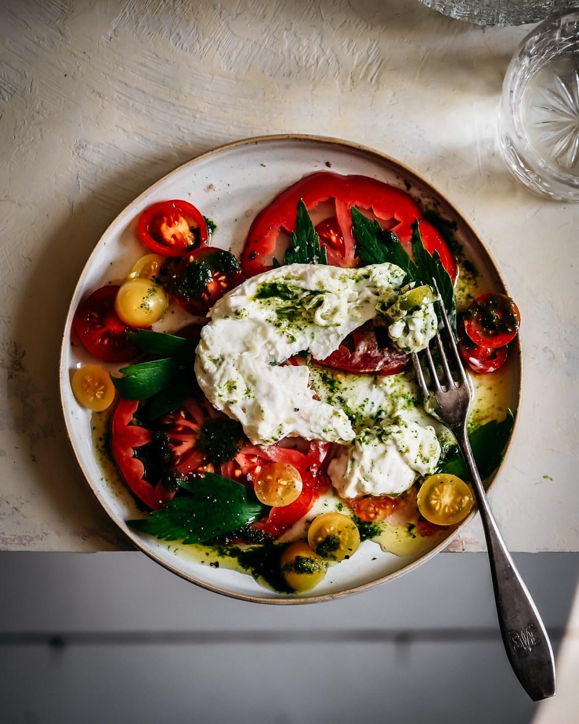 tomaattia ja burrataa
