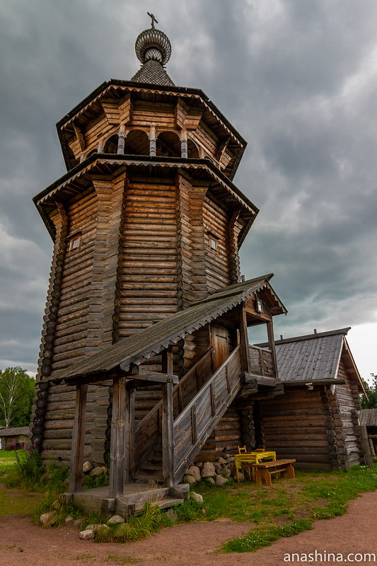 Усадьба Богословка, Ленинградская область, Воссозданная колокольня из Нижне-Уфтюгского погоста