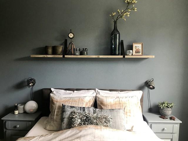 Groene muur plank boven bed slaapkamer