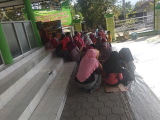 ibu-ibu-di-tangga-Masjid-Baiturrahman-Gadungan