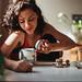Lado B: La escritora Leila Sucari en la cocina de su casa, hace unos meses.