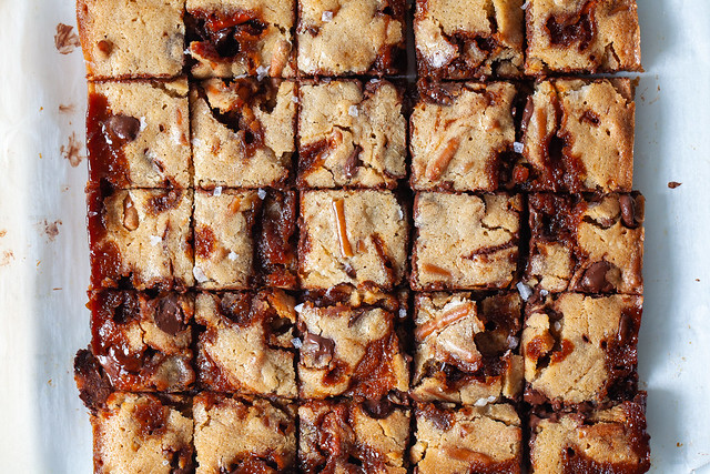 caramel pretzel blondies (care package blondies)
