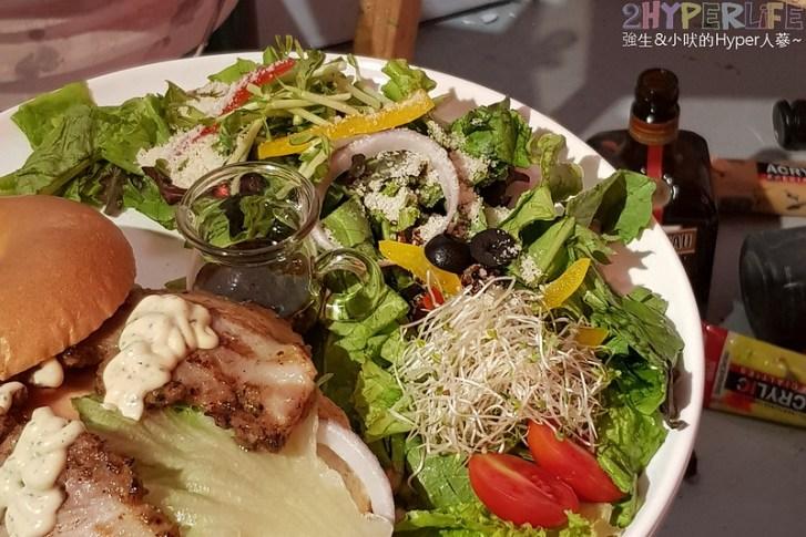 48599417251 e3aac9f26f c - 有點難找的沐muweichai隱身在一中豐仁冰攤位後方,外型像貝果的麵包口感意外酥脆有特色!還有好多小農生菜~~