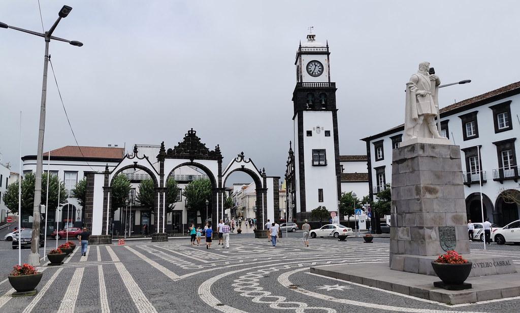 Portas da Cidade Plaza y monumento de Gonzalo Velho Cabral Ponta Delgada Isla San Miguel Azores Portugal