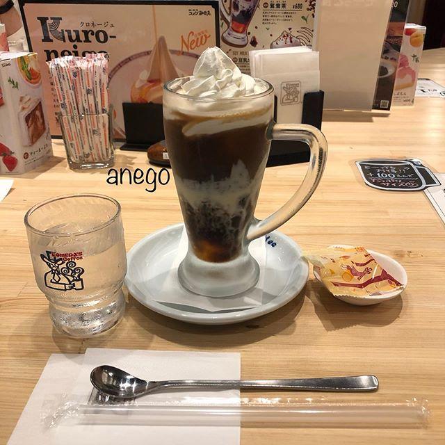コメダでジェリコ鴛鴦茶(えんおうちゃ) 。 インヨンよ。紅茶にコーヒーに練乳を合わせた、香港のドリンク。 香港の、あの紅茶(煮出したアッサム)の渋みが足りぬ。そのかわりあっさり目ではある。 しかし!香港や台湾の味を求めてしまった私には「うっす!」「あっま!」でした。 なお、私は甘いものは苦手です。コーヒーの味は、ゼリーくらいかな。コーヒーでお腹が緩くなる私には、ちょうどよかった。 日本人の一般ウケを考えれば、これでいいのかな。 なお、クリームが重く。嵐の前にホテルに戻りたかった私。17時にこれはかなりきつ