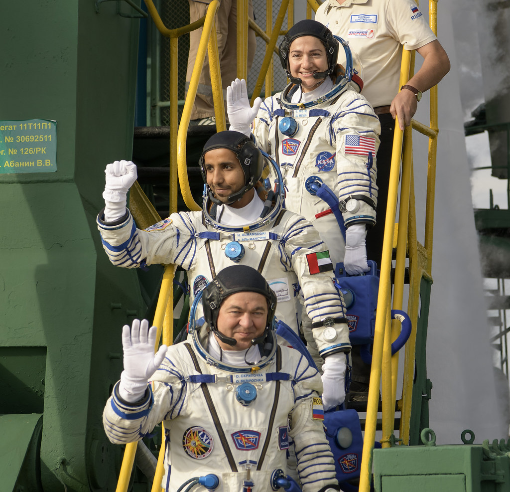 Expedition 61 Crew Wave Farewell (NHQ201909250003)