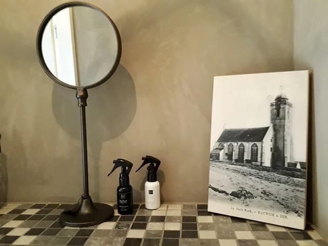 Spiegel Rituals parfum zwartwit foto toilet landelijk