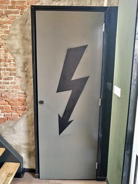Groene deur meterkast met stroompijl