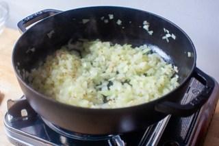 cocinar cebollas y semillas de comino