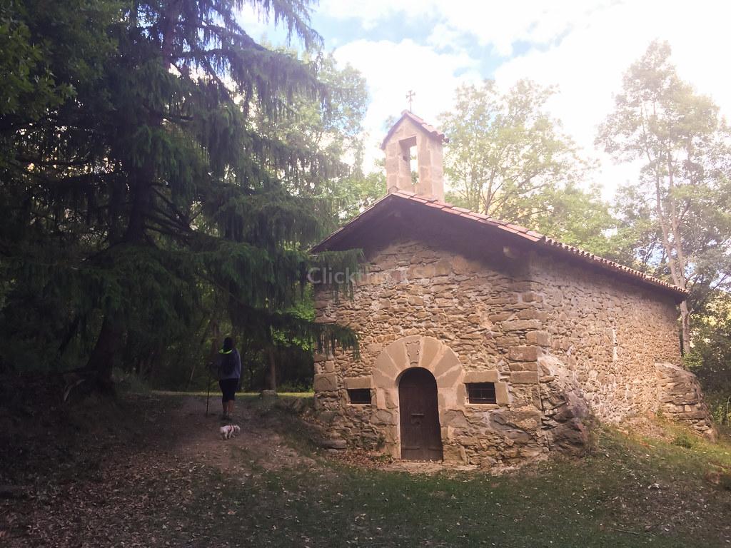 Ermita cercana al Salt del Roure en Joanetes en la Vall d'en Bas | Click_Trip