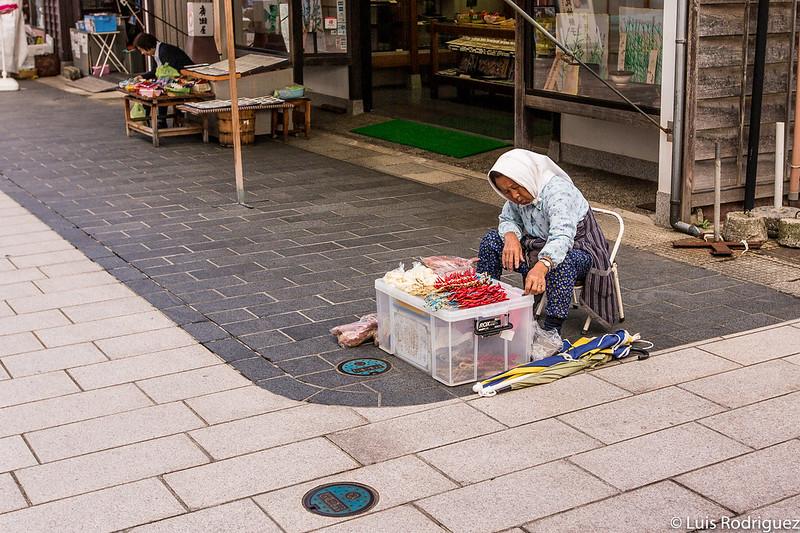 Les grands-mères vendent leurs produits locaux