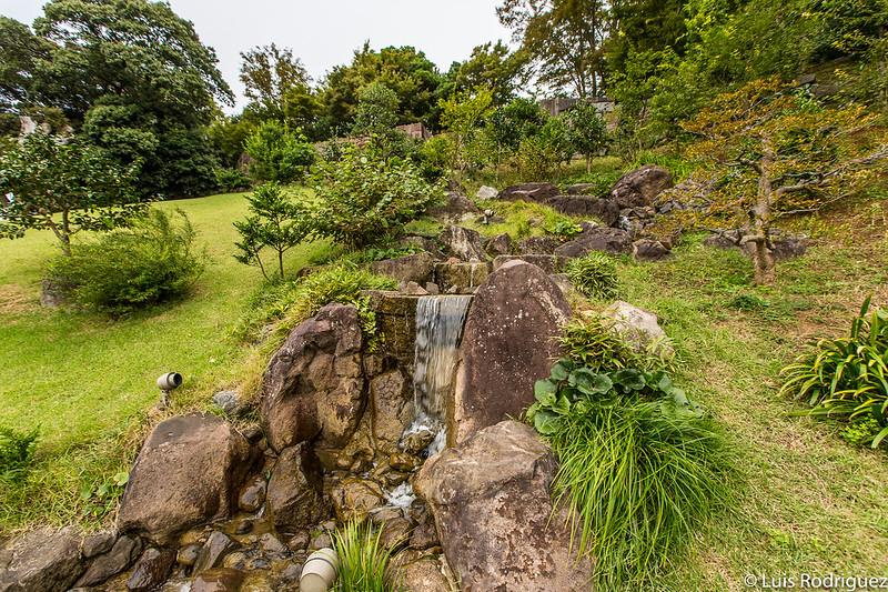 Cascada de agua en los jardines Gyokusen'inmaru de Kanazawa
