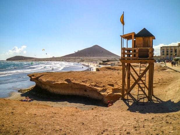 Playa Leocadio Machado y al fondo Montaña Roja