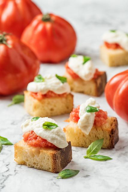 烤麵包配番茄、忌廉水牛芝士、羅勒      Bruschetta di Pane di Semola, Pomodoro, Bufala, Basilico