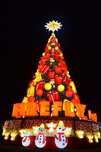 Firefly LED lights up its 75-ft Christmas Tree at SM MOA By The Bay