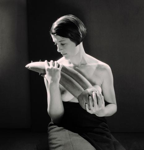 Man Ray Femme portant l'Objet désagréable d'Alberto Giacometti 1931 Uti