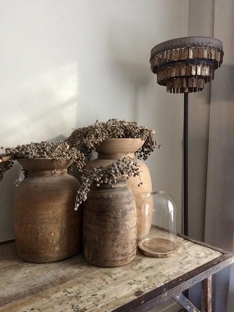 Nepalese potten met dadeltakken