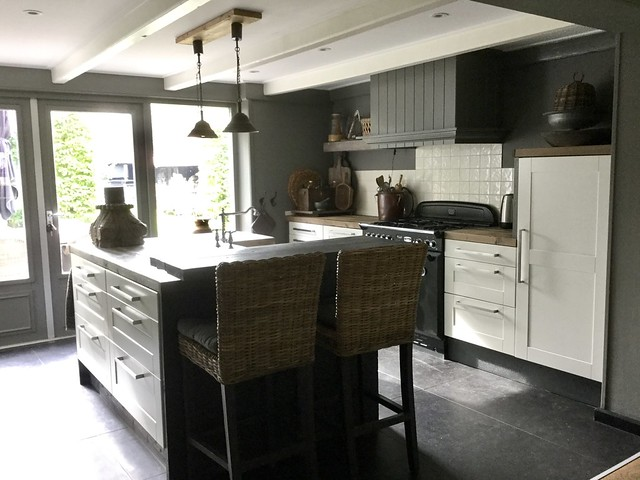 Grijze landelijke keuken met kookeiland
