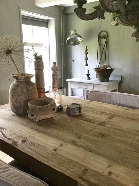 Vaas met berenklauw eettafel landelijk