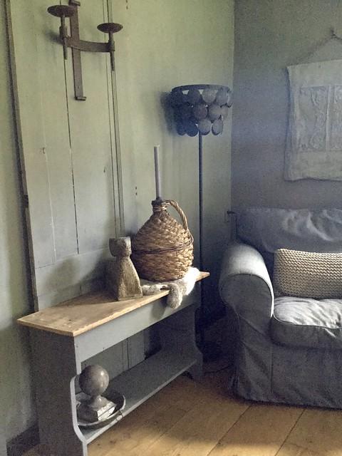 Houten bankje oude deur schijfjeslamp linnen doek