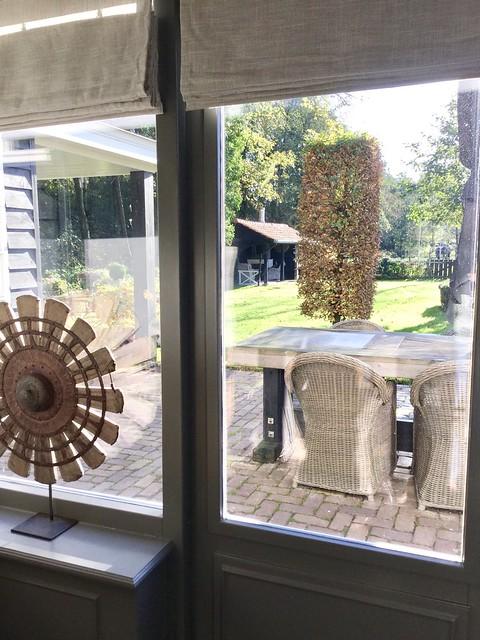 Spinnewiel op voet op vensterbank