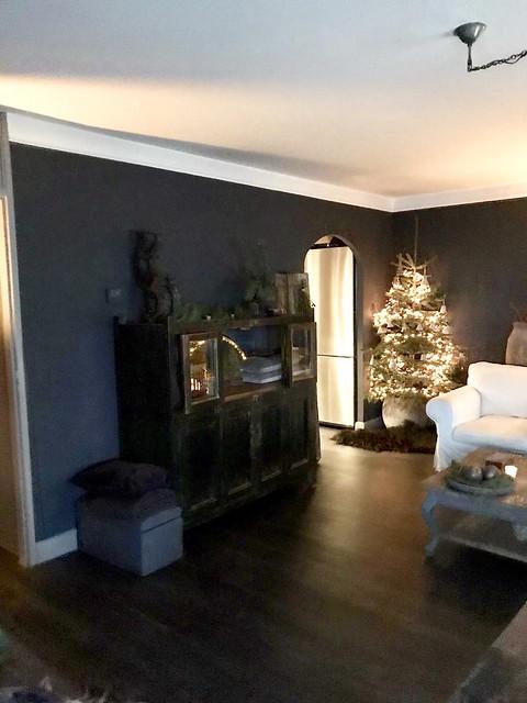 Zwarte kast kerstboom witte stoel