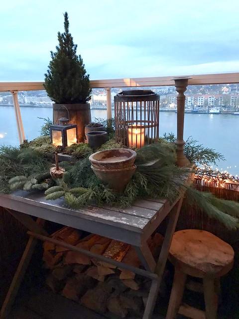 Balkon kerstversiering tafeltje landelijk