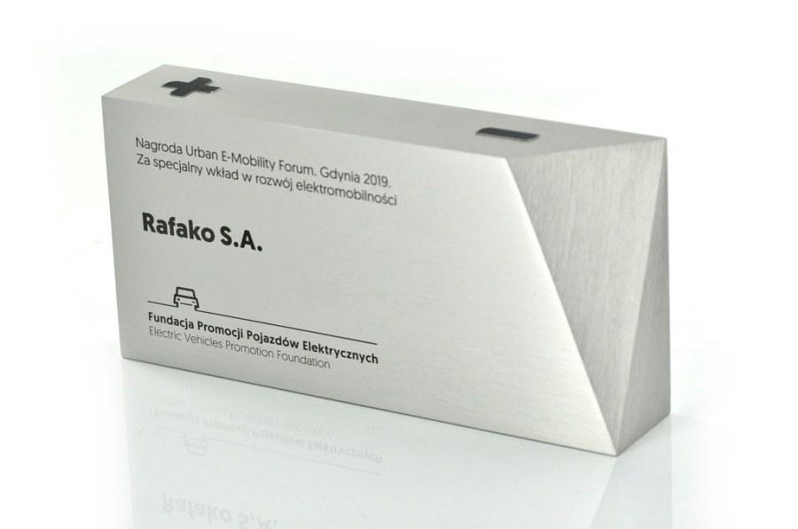 frezowana statuetka z bryły aluminium, tekst grawerowany laserowo,
