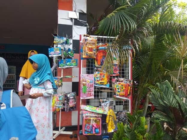 penjual-mainan-di-tempat-wisata