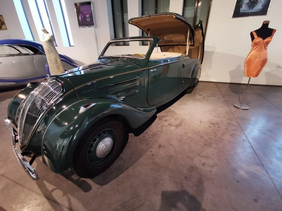 Museo automovilístico y de Moda de Málaga coche antiguo de 1937 Peugeot fabricado en Francia Modelo 492 Eclipse