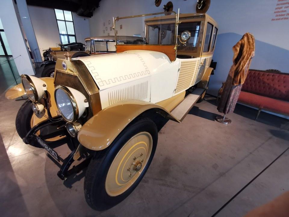 Museo Automovilístico y de la Moda de Málaga coche antiguo del año 1921 Lancia fabricado en Italia Modelo Kappa telefono para el conductor