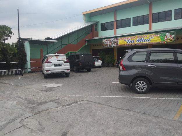 parkir-rumah-makan-yang-luas