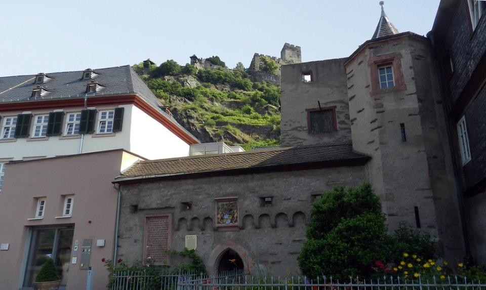 Castillo Gutenfels y edificio Oficina electoral antigua aduana y muralla Kurpfälzisches Amtshaus Kaub Valle del Rin Alemania